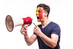 Fan poparcie Belgia drużyna narodowa. z malującym twarz wrzaskiem na megafonie odizolowywającym na białym tle i krzykiem zdjęcia stock