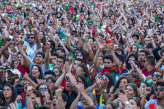 Fan portoghesi durante la video traduzione della partita di calcio Portogallo - finale della Francia del campionato europeo 2016 Fotografie Stock