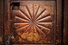 Fan-Radialform auf Weinlese-alter Holztür lizenzfreies stockbild