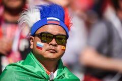 Fan rusa antes de la ronda del mundial 2018 de la FIFA 16 del partido España contra Rusia imagen de archivo libre de regalías