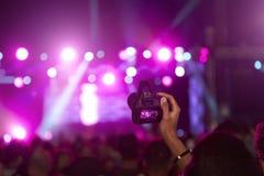 Fan som tar fotoet på kamera på musikfestivalen Royaltyfri Bild
