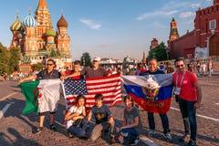 Fan stranieri della coppa del Mondo 2018 sul quadrato rosso Immagini Stock