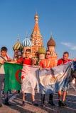 Fan stranieri della coppa del Mondo 2018 sul quadrato rosso Fotografie Stock Libere da Diritti