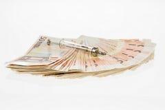Fan von fünfzig Euros und von der medizinischen Spritze Geld in einem Umschlag Geld für den Kauf von Medizin, von Drogen oder von stockfotos