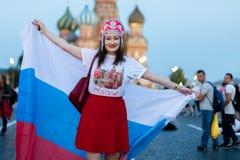 Fan von FIFA-kokoshnike mit russischer Flagge auf rotem Quadrat in Moskau lizenzfreie stockfotografie