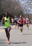 Fan wykładający up na kursie jako prawie 27000 biegaczów biegali w górę zawodu miłosnego wzgórza podczas Boston Maratoński Kwieci Zdjęcie Stock