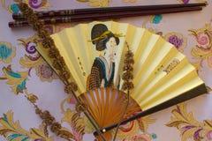 Fan y palillos japoneses para el sushi fotografía de archivo