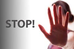 Fanale di arresto della mano della donna Vicino alla FERMATA dell'iscrizione fotografie stock