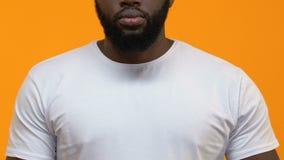 Fanale di arresto di rappresentazione dell'uomo di colore su fondo giallo, reazione negativa, rifiuto archivi video