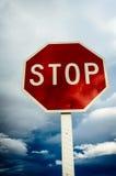 Fanale di arresto rosso del bordo della strada su un fondo nuvoloso Fotografie Stock Libere da Diritti