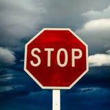 Fanale di arresto rosso del bordo della strada su un fondo nuvoloso Immagini Stock Libere da Diritti