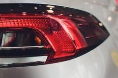 Fanale posteriore alto vicino del proiettore dell'automobile moderna ed elegante, concetto automobilistico della parte fotografia stock