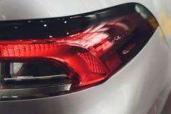 Fanale posteriore alto vicino del proiettore dell'automobile moderna ed elegante, concetto automobilistico della parte immagini stock libere da diritti
