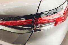 Fanale posteriore alto vicino del proiettore dell'automobile moderna ed elegante, concetto automobilistico della parte immagini stock