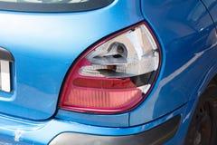 Fanale posteriore rotto sull'estremità posteriore di un'automobile moderna Fotografie Stock