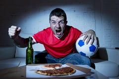 Fanatiek de mens van de voetbalventilator het letten op voetbalspel bij TV-het vieren Royalty-vrije Stock Afbeeldingen