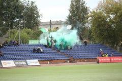 Fanats van Metta/LU op tribunesbrand en groene rook royalty-vrije stock afbeeldingen
