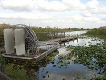 Fanboat靠了码头-佛罗里达沼泽地 库存照片