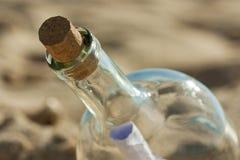 Fand eine Flasche mit einer Meldung nahe dem Ufer stockbilder