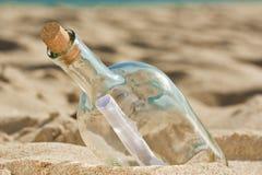 Fand eine Flasche mit einer Meldung nahe dem Ufer Lizenzfreie Stockfotografie