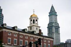 Faneuil Pasillo con la torre de aduanas en el fondo, Boston Imagen de archivo libre de regalías
