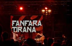 Fanfara Tirana möter den Transglobal tunnelbanan på etapp på Balkan arkivbilder