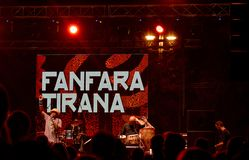 Fanfara Tirana ontmoet ondergronds Transglobal op stadium bij Balkan stock afbeeldingen