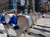 Fanfare, batteurs dans un défilé à New York City, NYC, NY, Etats-Unis Image stock
