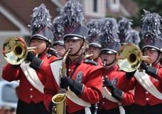 Fanfare de lycée exécutant dans le défilé