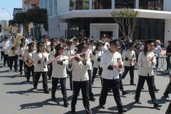 Fanfarekorps die langs de straat marcheren royalty-vrije stock afbeelding