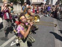 Fanfarekorps het spelen in de straat Stock Foto