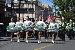 Fanfarekorpsmajorettes synchroniseerden het marcheren van tijdens de jaarlijkse fanfarekorpstentoonstelling ter ere van Patroonhe royalty-vrije stock foto's