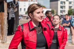 Fanfary dancingowa dziewczyna w ulicie Fotografia Stock