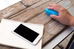 Fangen Sie das Mäusetelefon und -buch auf hölzernem Hintergrund und Tapete Lizenzfreies Stockbild