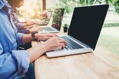 Fangen Sie oben Geschäftsteambesprechung an, an neuer Geschäfts-PR des Laptops zu arbeiten stockbild