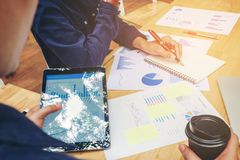 Fangen Sie oben Geschäftsteambesprechung an, an neuer Geschäfts-PR des Laptops zu arbeiten lizenzfreie stockfotografie