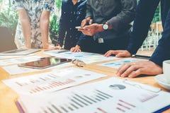 Fangen Sie oben Geschäftsteamkollegen an, die anale Planungs-Strategie zu treffen stockfotos
