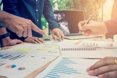 Fangen Sie oben Geschäftsteamkollegen an, die anale Planungs-Strategie zu treffen lizenzfreie stockfotografie