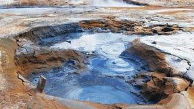 Fango d'ebollizione al geyser in Hverir, Islanda video d archivio