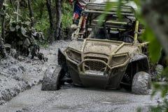 Fango de la raza de Wrangler del equipo del jeep pegado Foto de archivo