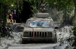 Fango de la raza del equipo del jeep pegado Fotos de archivo