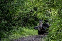 Fango de la raza del equipo del jeep pegado imagen de archivo libre de regalías
