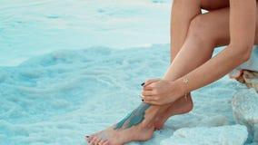 Fango del mar muerto en la pierna almacen de video