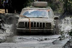 Fango della corsa del gruppo della jeep attaccato Fotografia Stock Libera da Diritti