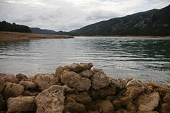 Fango seco en la orilla de un lago foto de archivo