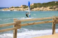 Fanno windsurf le tavole in una concorrenza di fare windsurf Immagine Stock