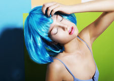 Fanny Girl in der cyan-blauen Artsy Perücke lizenzfreies stockfoto