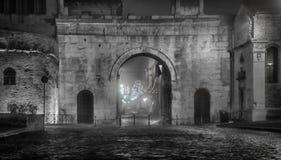 Fano Italien augustusbåge vid natt fotografering för bildbyråer