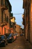 Fano Włochy, Sierpień, - 8, 2017: wąska ulica zaświecał latarniami ulicznymi przy nocą w starym miasteczku fotografia stock