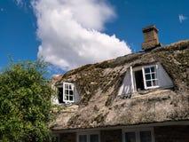 有用完的老房子在海岛Fanoe上的Nordby顶房顶, 免版税库存照片